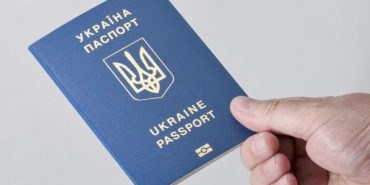 Попри затримки видачі біометричних паспортів, з українців далі беруть гроші за терміновість
