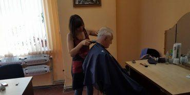 У Коломиї відновили перукарські послуги для соціально незахищених верств населення. ФОТО
