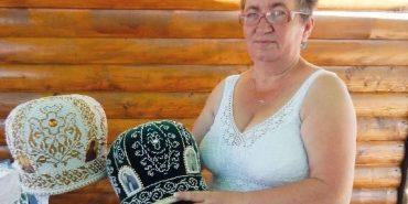 Майстриня з Коломийщини понад 20 років шиє та оздоблює бісером головні убори священиків