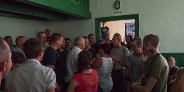 У селі на Коломийщині батьки не пускали дітей до школи через директора. ФОТО