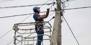 Через сильний вітер сім районів Франківщини залишилися без світла