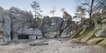 Тисячі туристів щороку приїжджають на Прикарпаття до скель Довбуша