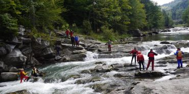 На Прикарпатті рятувальники витягували з водоспаду туристку з Тернопільщини. ФОТО, ВІДЕО