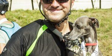 Коломиянин Володимир Андрущенко разом з песиком у рюкзаку встановили рекорд на велосипеді – 100 км за три години. ВІДЕО+ФОТО