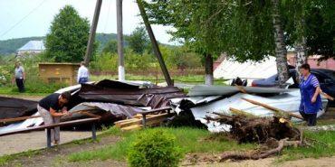 Вночі на Франківщині негода зривала дахи та валила дерева. ФОТО