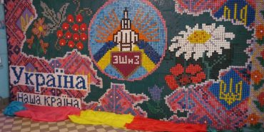 Прикарпатські школярі з пластикових кришечок створили карту України, яка претендує на національний рекорд