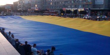 У Коломиї, Долині та Івано-Франківську розгорнули найбільший прапор України. ВІДЕО