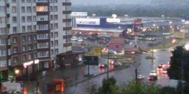 У Франківську просто на дорозі потонув автомобіль. ФОТОФАКТ