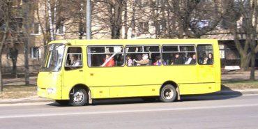 На Прикарпатті водій вигнав школяра з маршрутки і прищемив йому дверима ногу
