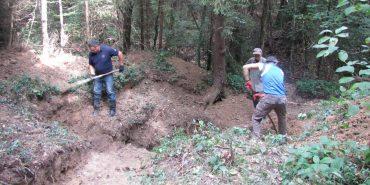 Гільзи, кулі, посуд: на Прикарпатті розкопують криївку УПА. ФОТО