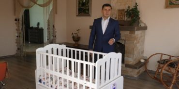 Прикарпатець розробив розумне ліжечко, яке вміє заколисувати дитину. ФОТО