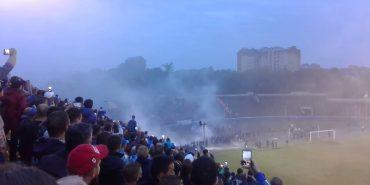 Фаєри і каміння: львівські фанати обурені програшем своєї команди у Франківську. ВІДЕО