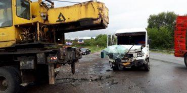 На Івано-Франківщині зіткнулися рейсовий автобус та автокран. ФОТО