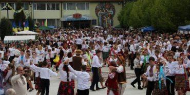 На Прикарпатті новий рекорд України – кілька тисяч людей одночасно затанцювали падеспанець. ФОТО
