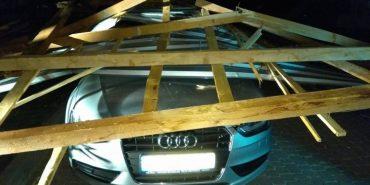 На Франківщині вітер зірвав дах з розважального комплексу та пошкодив припарковані автівки. ФОТО