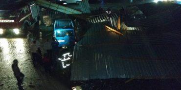 Зірваний дах з розважального закладу у Снятині завдав власникам авто збитків на $26 тис. ВІДЕО