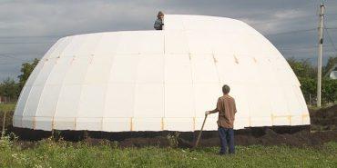 Дім за $30 тис.: коломиянка будує незвичний дім-купол. ВІДЕО