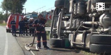 Прикарпатські рятувальники розповіли, як на визволяли свиней з перевернутої фури. ВІДЕО