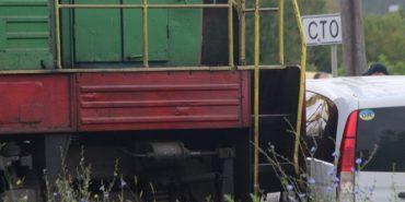 """На Західній Україні потяг протаранив """"Мерседес"""". ФОТО"""