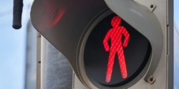 На Прикарпатті під колеса авто потрапив школяр, який з мамою перебігав дорогу на червоне світло