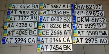 Прикарпатська поліція продовжує шукати власників номерних знаків, які загубилися під час сильного дощу. ФОТО