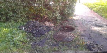 На Прикарпатті з каналізаційного колодязя витягли два центнери сміття. ФОТО