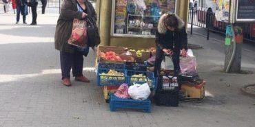 Наполеглива продавчиня з Коломийщини сплачує штрафи за вуличну торгівлю і далі продає