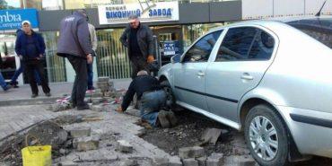 На Франківщині майстри кладуть бруківку під припарковане авто. ФОТОФАКТ