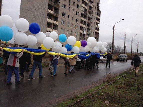Активісти запустили величезний прапор України у бік «ДНР»: промовисті фото