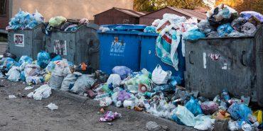 """У Коломиї """"АВЕ"""" вкотре підняло тарифи, а сміття і далі під будинками. Чому так відбувається?"""