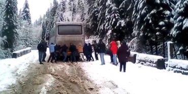 На Прикарпатті через негоду пасажири штовхали автобус. ВІДЕО