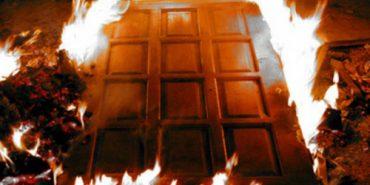 У Коломиї згоріли вхідні двері під'їзду