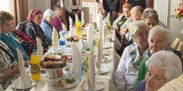 Сучасні зачіски, макіяж, обід у ресторані: у Коломиї відзначили День людей похилого віку. ВІДЕО