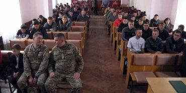 У Коломиї урочисто вирядили юнаків до війська. ВІДЕО