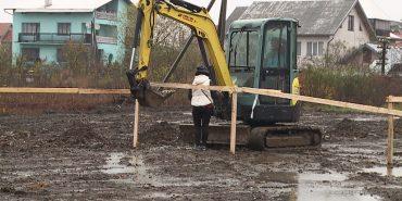 Мешканка вулиці Довбуша у Коломиї перешкоджає спорудженню спортивного поля. ВІДЕО