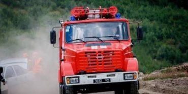 На Франківщині мікроавтобус з'їхав з дороги і завис над прірвою