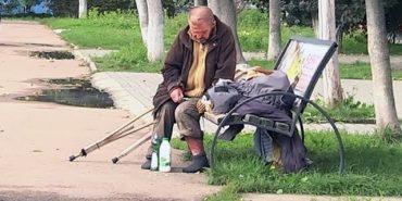 Безхатька, котрий кілька днів лежить на лавці в Коломиї, доправлять у лікарню. ВІДЕО