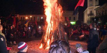 До Дня захисника України у середмісті Коломиї запалили Ватру Слави. ВІДЕО