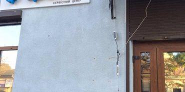 На Франківщині хулігани зірвали з магазину вивіску. ВІДЕО