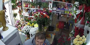 Прикарпатців просять допомогти впізнати чоловіка, котрий обікрав квітковий магазин. ФОТО+ВІДЕО
