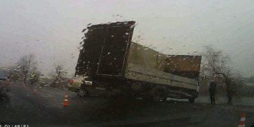 ДТП на Коломийщині: легковик врізався у вантажівку. ВІДЕО