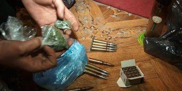 На Прикарпатті затримали злочинну групу з боєприпасами та наркотиками. ФОТО