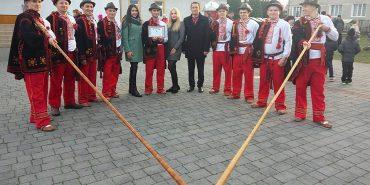 """На Коломийщині встановили рекорд з масового виконання танцю """"аркан"""". ВІДЕО"""