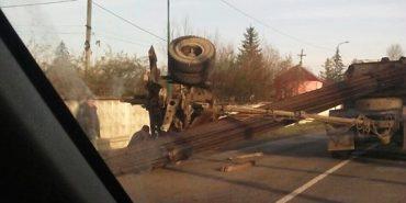 На Прикарпатті перекинувся причіп вантажівки та пошкодив дорогу. ФОТО