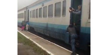 """""""Укрзалізниця"""" перевірить інцидент, коли пасажири штовхали потяг """"Івано-Франківськ-Рахів"""""""