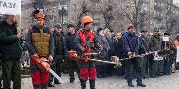 Лісівники Прикарпаття вийшли з бензопилами на протест. ФОТО