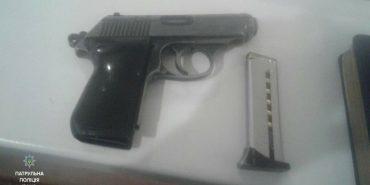 На Франківщині п'яний пенсіонер посеред вулиці розмахував пістолетом. ФОТО