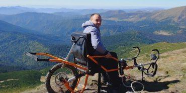 30-річний коломиянин за допомогою спеціального візка підкорив найвищу гору Карпат. ВІДЕО