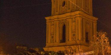 На Софіївській площі почали встановлювати новорічну ялинку з Прикарпаття. ФОТО