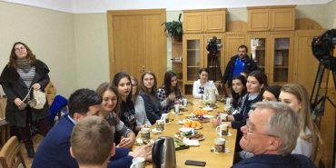 Шкільним лідерам Коломиї провели екскурсію міською радою. ФОТО